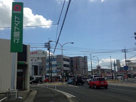 16トマト銀行の角.jpg