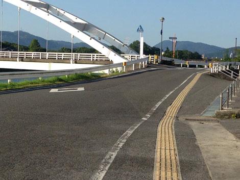 28県庁へ抜ける橋.jpg