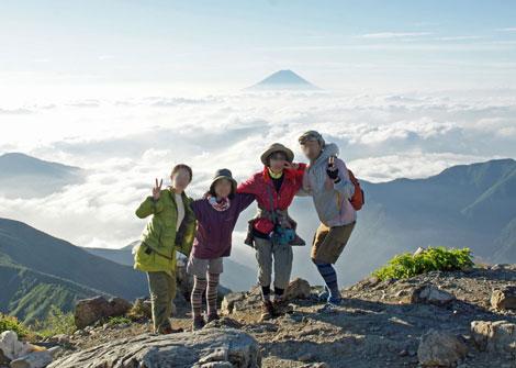 山頂から富士をバックに470.jpg